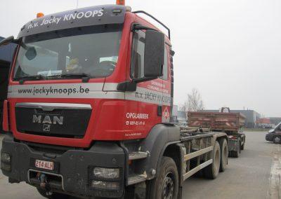 Vrachtwagen met container aanhangwagen
